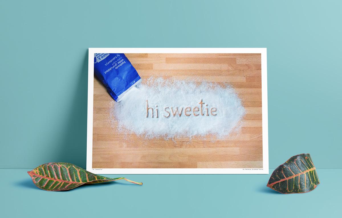 """Poster for et typografisk eksperiment hvor """"Hi Sweetie"""" er skrevet i sukker"""